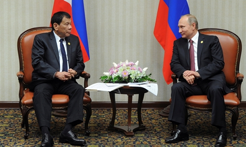 Tổng thống Nga Vladimir Putin (phải) gặp người đồng cấp Philippines Rodrigo Duterte tại thủ đô Lima, Peru, ngày 19/11.
