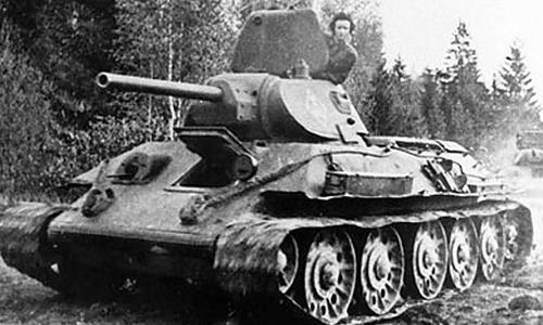 Mariya Okayabrskaya và chiếc tăng T-34 bà dành cả đời để mua và chiến đấu. Ảnh: Vintagenews.