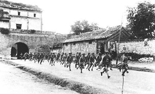 Lính Trung Quốc đi qua cổng thành Uyển Bình năm 1937. Ảnh: Public Domain.