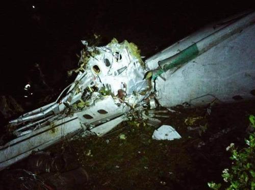 Hình ảnh được cho là mảnh vỡ của phi cơ gặp nạn. Ảnh: Twitter.