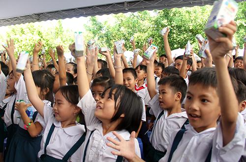 130000-ly-sua-mien-phi-cho-tre-em-ngheo-vinh-long-1