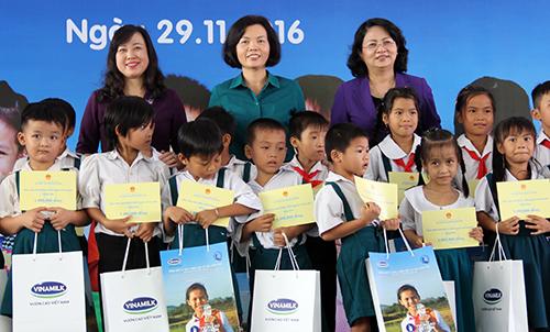 130000-ly-sua-mien-phi-cho-tre-em-ngheo-vinh-long