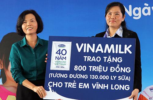 130000-ly-sua-mien-phi-cho-tre-em-ngheo-vinh-long-2