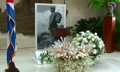 Hình ảnh hộp đựng di hài Fidel Castro trên truyền hình Cuba. Ảnh: Reuters.