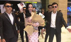 Angela Phương Trinh được vệ sĩ đưa đến sự kiện