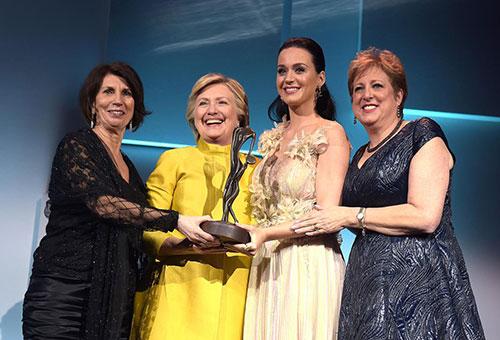 Bà Clinton được mời lên trao giải thưởng Nhân đạoAudrey Hepburn cho nữ ca sĩ Katy Perry,