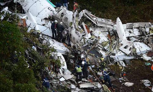 Chiếc máy bay vỡ nát sau khi đâm vào sườn núi. Ảnh: Reuters