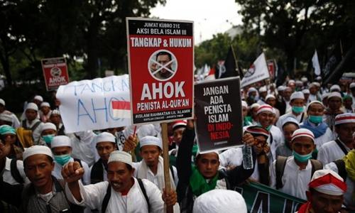 Người Hồi giáo Indonesia biểu tình đòi bắt giữ thị trưởng Jakarta vì tội báng bổ kinh Koran. Ảnh: Reuters.