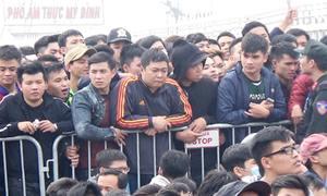 Hàng trăm người chen chân từ mờ sáng mua vé bóng đá