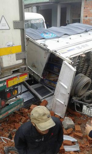 container-va-cham-voi-oto-tai-khien-xe-buyt-lao-vao-nha-dan-5