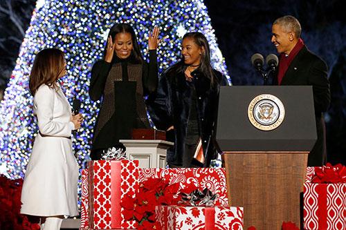 Nhà Obama và diễn viên Eva Longoria (áo trắng) sau khi bấm nút thắp sáng cây thông NoelởNhà Trắng tối 1/12.