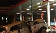 Taxi bầm dập vì đâm dải phân cách trạm thu phí
