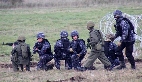 Những người đóng vai lính Nga trong cuộc tập trận.Ảnh: Livejournal.