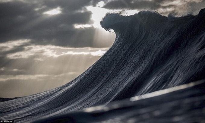 Ngọn sóng cuộn trào như núi giữa biển khơi