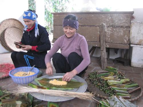 Làm bánh nẳng cổ truyền tại Làng Dòng.  Ảnh: langdong.com