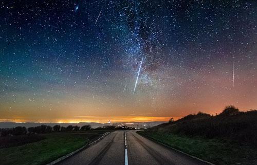Sao băng được quan sát từ đảo Wight, bờ tây eo biển Manche của Anh. Ảnh: BNPS