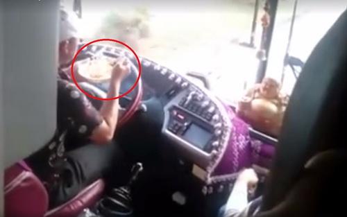 Cảnh tài xế buông tay ăn mì. Ảnh: Cắt clip