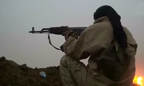 Phiến quân Nhà nước Hồi giáo tấn công binh sĩ Iraq ở làng Khubairat, tây nam Mosul. Ảnh: Reuters.