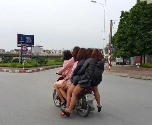 Cảm động hình ảnh năm cô gái nghèo đèo nhau đi làm thêm giữa cái rét đầu mùa.