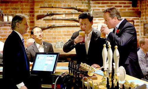 Chủ tịch Tập Cận Bình uống bia với Thủ tướng David Cameron ởThe Plough. Ảnh:China daily