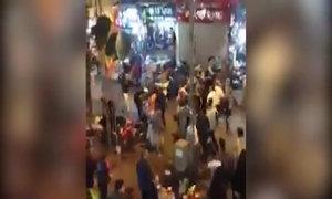Hai nhóm teen cầm hung khí hỗn chiến trên phố đi bộ