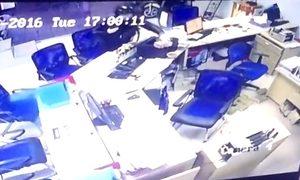 Tên cướp bịt mặt chĩa súng vào nhân viên ngân hàng ở Huế