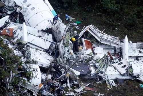 Xác máy bay LaMia rơi trên sườn núi.