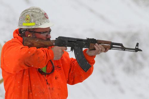 Nhà chức trách dùng súng bắn đạn mã tử để cố gắng xua đuổi bầy ngỗng khỏi hồ nước nhiễm độc. Ảnh:billingsgazette