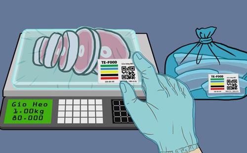 Nhận diện nguồn gốc thịt heo qua mã vạch bằng điện thoại thông minh. Ảnh: sở Công Thương TP HCM