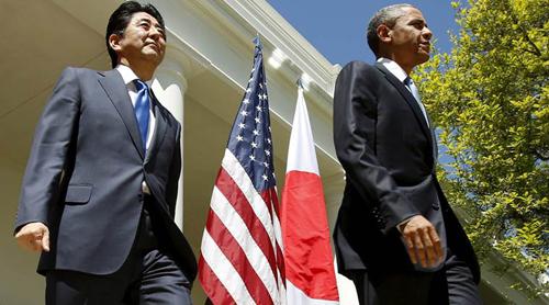Thủ tướng Abesẽ là thủ tướng Nhậtđầu tiên thăm Trân Châu Cảngvới một tổng thống Mỹ. Ảnh: AP