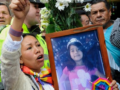 Người biểu tình cầm di ảnh bé