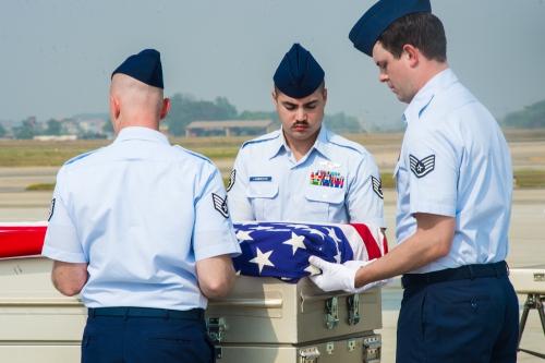 Đội quân danh dự của quân đội Mỹ đưa hài cốt được cho là của quân nhân Mỹ mất tích trong chiến tranh Việt Nam lên máy bay về nước. Ảnh: Đại sứ quán Mỹ tại Việt Nam
