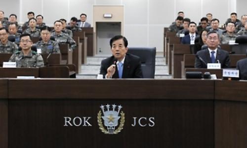 Bộ trưởng Quốc phòng Hàn Quốc Han Min-koo trong cuộc họp chiều nay với các chỉ huy quân sự. Ảnh: Yonhap