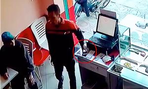 Trộm lấy điện thoại trước mặt nhân viên