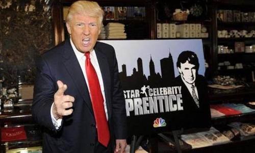 Donald Trump bên biểu tượng chương trình