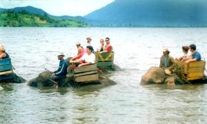 Khách Tây trải nghiệm cưỡi voi khám phá hồ Lắk