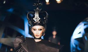 Người mẫu vấp ngã vì giày cao gót trong show thời trang