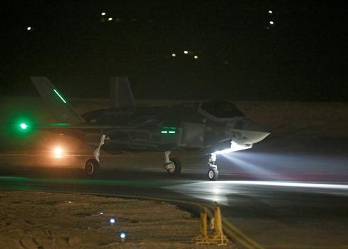 Chiến đấu cơ F-35 hạ cánh xuống căn cứ không quân