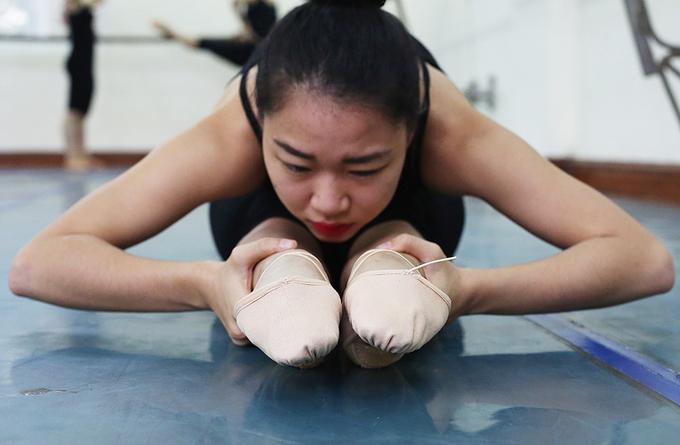 Nữ sinh trường múa ăn kiêng, đau đớn khổ luyện
