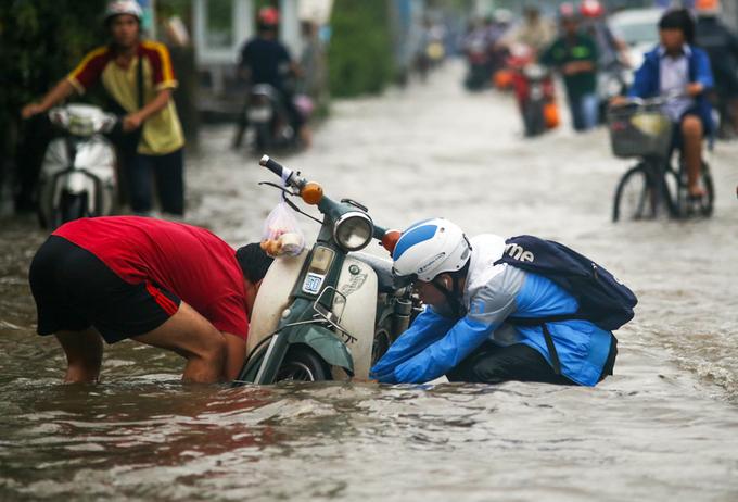 Người Sài Gòn giúp nhau trong ngày triều cường đạt đỉnh