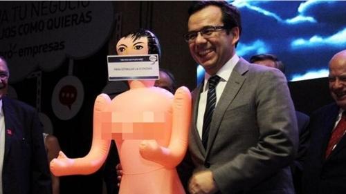 Bộ trưởng Luis Felipe Cespedes tươi cười chụp ảnh cùng món quà ông mới được tặng. Ảnh: Reuters