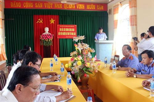 Đại diện VKS tỉnh Đồng Nai công khai xin lỗi nam thanh niên bị truy tố oan. Ảnh: Thái Hà