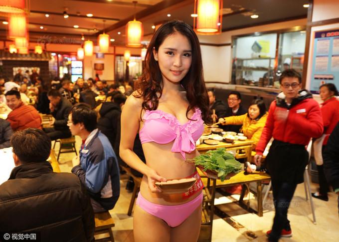 Nhà hàng Trung Quốc thuê mỹ nữ mặc bikini tiếp khách