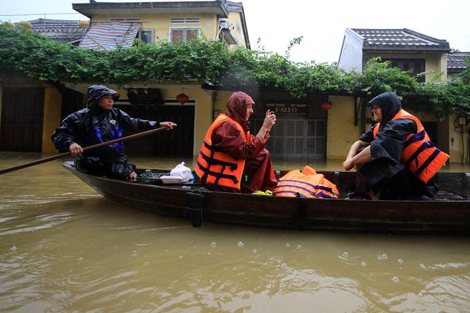 Hội An ngập 2m, dân bất chấp lệnh cấm chèo thuyền chở khách