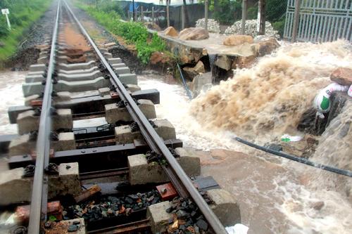 Nhiều điểm đường sắt qua Khánh Hòa bị sạt lở do mưa lũ. Ảnh: X.N