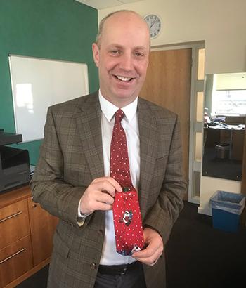 nghị sĩ khác là Jim Daly.khoe bức ảnh đeo cà vạt.