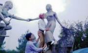 Cán bộ huyện sàm sỡ tượng nàng Biang gây sốc cộng đồng