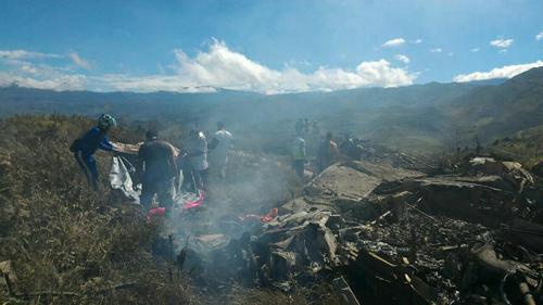 Hiện trường vụ rơi máy bay trên núiúi Lisuwa, thuộc vùng hẻo lánh Papua, Indonesia, sáng nay. Ảnh: AFP