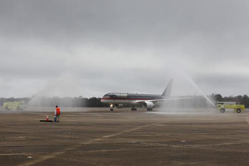 Vòi rồng chào đónmáy bay của Trump hạ cánh xuống sân bay Mobile hôm qua