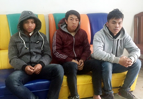 Ân (bìa phải) cùng 2 đồng bọn bị bắt. Ảnh: Khánh Hương